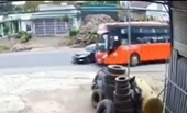 Thót tím xe khách Phương Trang suýt húc bay xe con sang đường