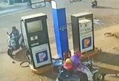 CLIP Người đàn ông nhanh tay nhặt cọc tiền của nhân viên cây xăng rồi bỏ đi