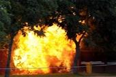 Gia đình đang đi du lịch, nhà bỗng phát hỏa dữ dội