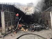 Người dân lao vào đám cháy giải cứu 2 cháu bé