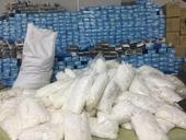 Phát hiện hàng nghìn găng tay cao su đã qua sử dụng tại xưởng sản xuất ở Hòa Bình