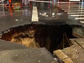 Hố tử thần sâu rộng 6 mét xuất hiện sau mưa lớn ở TP HCM