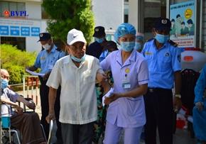 Bệnh nhân vui mừng, phấn khởi xuất viện sau khi Bệnh viện C Đà Nẵng gỡ phong tỏa