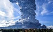 Núi lửa Sinanbung trên đảo Sumatra gầm rú, phun trào dữ dội