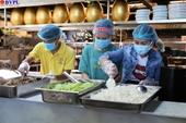 Chuyên gia ẩm thực bị kẹt và hàng nghìn suất cơm cho tuyến đầu