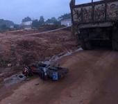 Tài xế xe ben chở khoáng sản trái phép lao thẳng vào Tổ tuần tra
