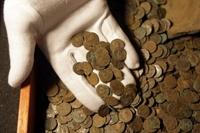 Hai học sinh tìm thấy kho báu tiền xu vàng ròng 1 100 năm tuổi