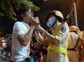 Nữ CSGT ra quân đo độ cồn trên phố nhậu, nhiều ma men chống đối