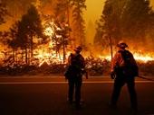 Cháy rừng hoành hành khắp miền Tây Hoa Kỳ, bầu trời đỏ cam như ngày tận thế