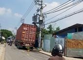 Container va trúng máy biến áp gây nổ, hàng chục hộ dân bị ngắt điện
