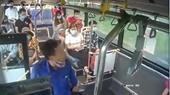 Bị nhắc đeo khẩu trang, người đàn ông nhổ nước bọt vào phụ xe bus