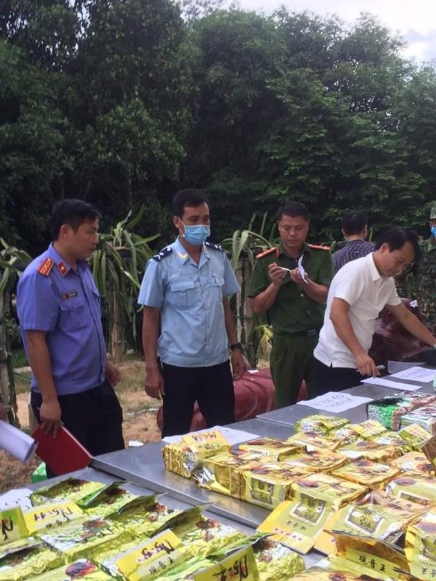 Hải quan Việt Nam soi chiếu phát hiện hàng trăm kg ma túy giấu trong tượng gỗ