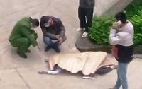 Phát hiện thi thể thanh niên giữa sân bệnh viện, trên người có nhiều vết đâm
