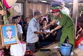 Trao 115 triệu đồng hỗ trợ Công an viên Sơn La hy sinh trong khi truy bắt tội phạm