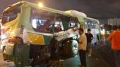 Xe tải đâm ngang hông xe buýt, 20 người được đưa vào bệnh viện cấp cứu