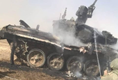 Tăng T-90A của Quân đội Nga đen thui sau khi trúng tên lửa chống tăng của  đồng đội