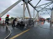 Xe sang Range Rover bốc cháy dữ dội trên cầu Chương Dương