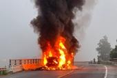 Xe container bốc cháy dữ dội trên Quốc lộ, tài xế tháo chạy thoát thân