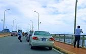 Dừng xe trên cầu chụp ảnh, 4 xe BKS xanh bị phạt nguội