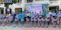 Chi đoàn VKSND thành phố Huế trao tặng 30 chiếc xe đạp cho học sinh nghèo