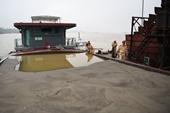 """Bắt nhóm """"cát tặc"""" trên sông Hồng thu hơn 500 000 m3 cát"""