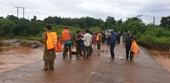 Chở con đi học về, 2 cha con bị nước lũ cuốn trôi mất tích