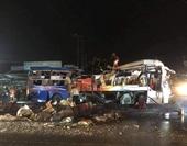 Xe khách lật ngang sau cú đâm xe tải, hàng chục người thương vong