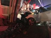 Nhóm trộm lái ô tô tháo chạy rồi tông thẳng vào cột điện