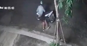 Tài xế GrabBike bị khách tạt nước vào mặt cướp xe máy