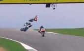 Tai nạn kinh hoàng ở đường đua Moto, tay đua bay người lên không trung