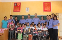 Ấm lòng món quà ý nghĩa của VKSND cấp cao tại Hà Nội với thầy trò vùng cao
