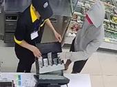 Nam thanh niên cầm dao, uy hiếp nữ nhân viên để cướp tài sản