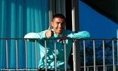 Ngồi cách ly trên ban công, C Ronaldo vẫn nở nụ cười tươi rói