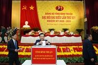 Đại biểu Đại hội Đảng bộ Bình Thuận, Khánh Hòa quyên góp ủng hộ đồng bào bị thiệt hại do mưa lũ