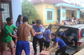 Tuổi trẻ VKSND tỉnh Quảng Trị tặng quà người dân vùng lũ lụt