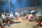 Hình ảnh ấm áp thức trắng đêm nấu hàng ngàn chiếc bánh tét gửi đồng bào nơi rốn lũ