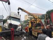 Tàu hỏa tông đứt lìa xe container
