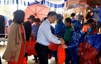 Đảng ủy khối các cơ quan Trung ương và Đảng ủy VKSND tối cao hỗ trợ, tặng quà người dân vùng lũ Quảng Trị