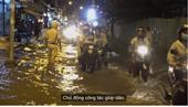 CSGT TPHCM đẩy xe giúp dân vượt triều cường