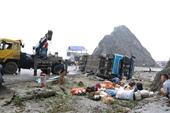 Xe khách giường nằm lật khiến 2 người tử vong, nhiều người bị thương