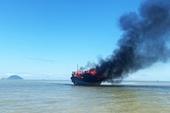 Tàu chở khách bốc cháy dữ dội trên biển Hội An, 18 người thoát chết