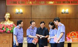 """TS Nhà văn Dương Thanh Biểu tặng sách """"Nỗi niềm người lính"""" cho Báo Bảo vệ pháp luật"""