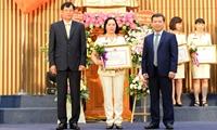 Viện trưởng tặng Bằng khen cho 7 tập thể và 24 cá nhân