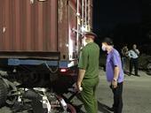 Kiểm sát hiện trường xe máy tông đuôi container, một người chết