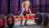 Bé gái 7 tuổi nâng tạ 80 kg dễ như ăn kẹo