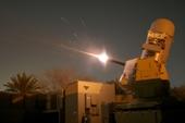 """Video hệ thống phòng không C-RAM kích hoạt chống lại """"cơn mưa"""" tên lửa tấn công Đại sứ quan Mỹ tại Baghdad"""