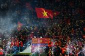 Cổ động viên phủ đỏ khán đài trong trận đấu của tuyển Việt Nam