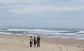 Tắm biển khi sóng lớn, 2 thanh niên bị cuốn trôi, mất tích