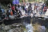 Hàng nghìn du khách chen chân đổ về suối cá thần cầu may dịp đầu năm mới