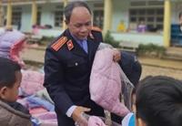 VKSND huyện Bắc Trà My trao tặng 400 chiếc áo ấm cho trẻ em xã vùng cao